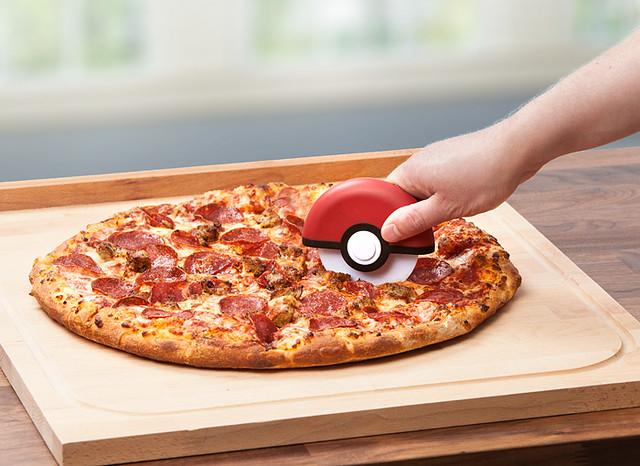 不只能抓寶可夢,切披薩也行?!ThinkGeek 精靈寶可夢【精靈球披薩刀】Poké Ball Pizza Cutter