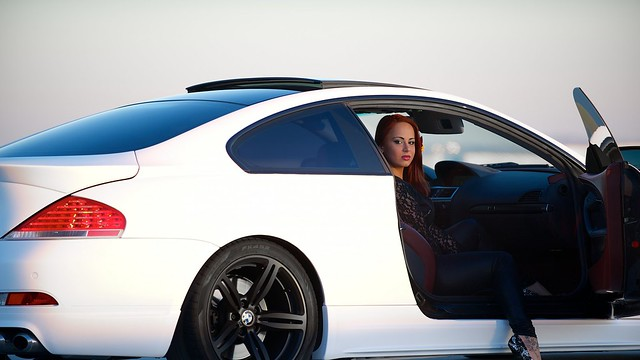 bmw_m6_e63_white_side_view_woman_94967_1920x1080