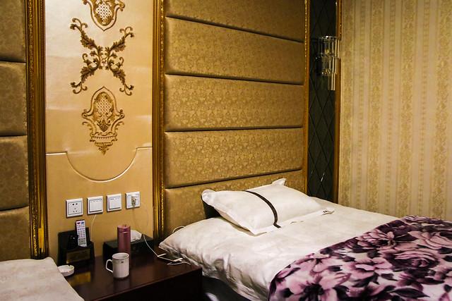 "Interior of a guest room of ""Jin Yu  Yang Guang Hotel"", Garzê 甘孜「金御阳光大酒店」の客室"