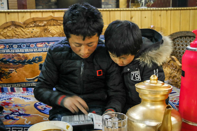 Little brothers calculating our bill at a family-run restaurant, Luhuo ルーフォ チベット料理店で伝票を計算中の兄弟