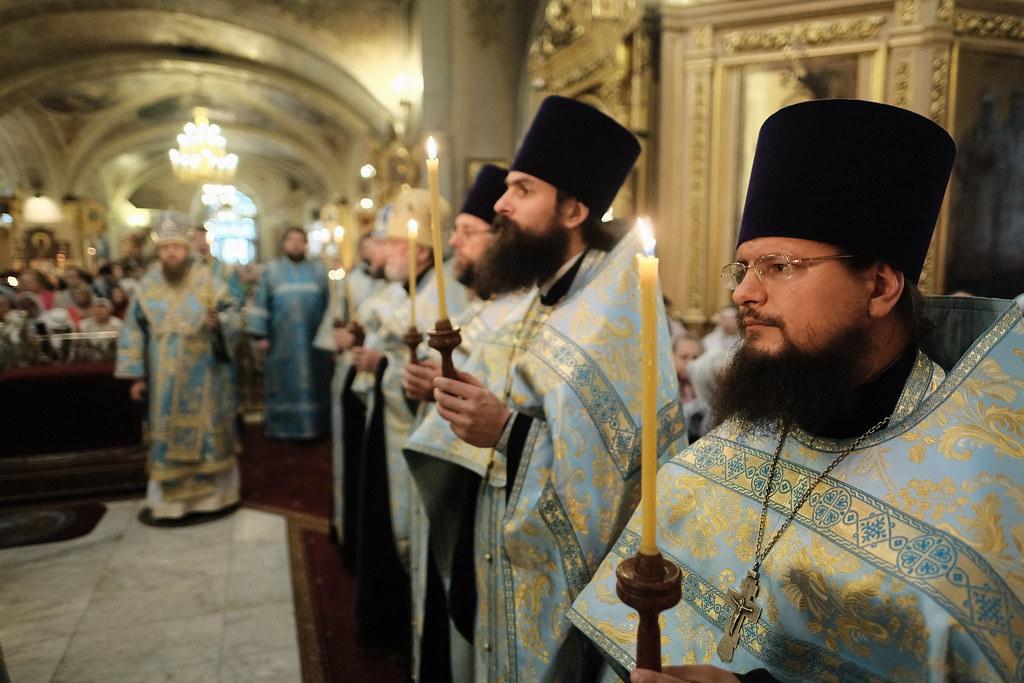 Епископ Воскресенский Савва молился за Всенощным бдением в Елоховском Богоявленском соборе