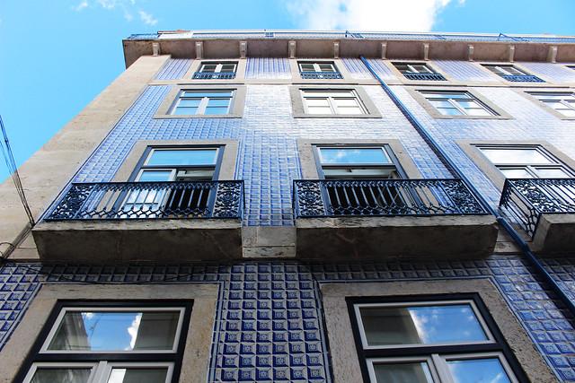immeuble bleu azulejos paysage lisbonne ootd
