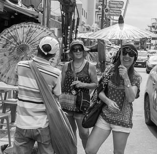 De compras en Khao San Road, Bangkok, Tailandia