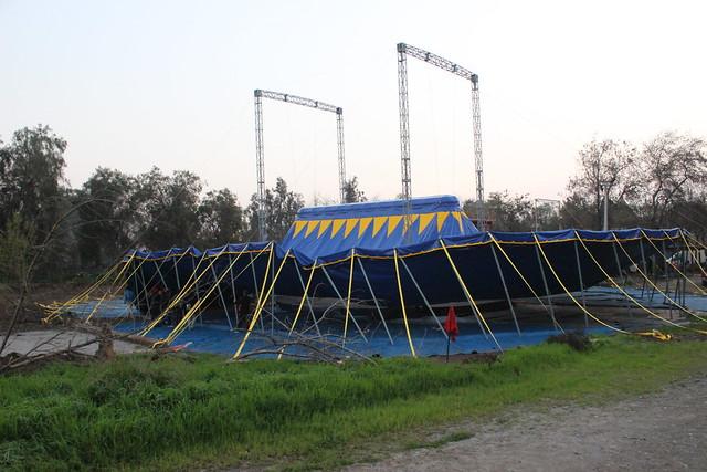 Levantando carpa de El Circo del Mundo