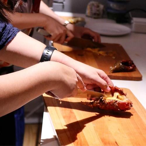 プラスを切り落としてホヤ水。マイナスを切って捨てた後、切り込み入れると後は指を突っ込んで「ぐりん」と身が取れる。そのままかぶりついても良いし、調理しても美味。 #ほやラブ #ホヤナイト
