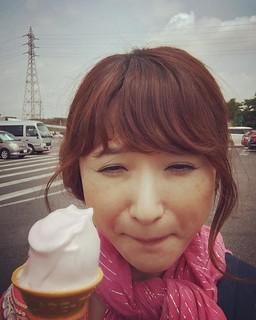 あたしもオーラなさ過ぎる。岡山の吉備サービスエリアにて桃のソフトクリームめちゃ美味しかった!