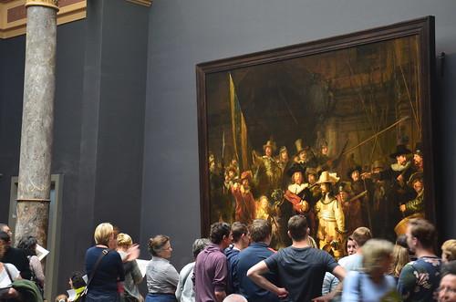 Die Nachtwache von Rembrandt im Rijksmuseum mit Betrachtern