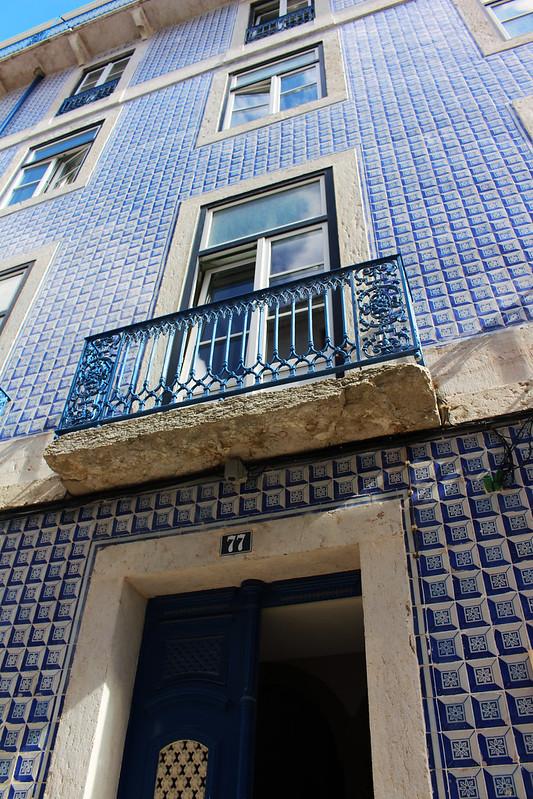 immeuble bleu azulejos lisbonne ootd