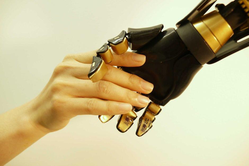 Dengan kulit elektronik, sebuah robot dapat merasakan sentuhan