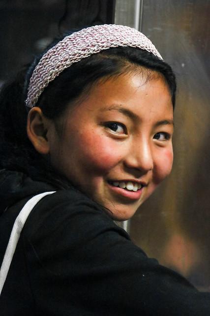 Shy girl in a Tibetan food restaurant, Luhuo ルーフォ チベット料理店のシャイな女の子