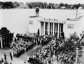 Crowd assembled for King George VI and Queen Elizabeth's visit to the Canadian Pavilion at the World's Fair... / Foule rassemblée pour la visite du roi George VI et de la reine Élisabeth au pavillon du Canada, Exposition universelle...