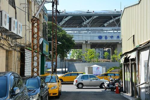 由天外天大門望向高架後的臺中車站