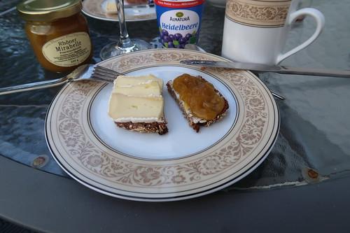 Camembert und Fruchtaufstrich aus Rhöner Mirabellen auf Vollkornbrot (von der Antonius Bäckerei)