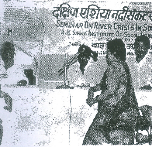 डॉ. टी. प्रसाद से प्रश्न पूछती हुई सुश्री जया मित्र और साथ में मंच पर श्री रामेश्वर सिंह