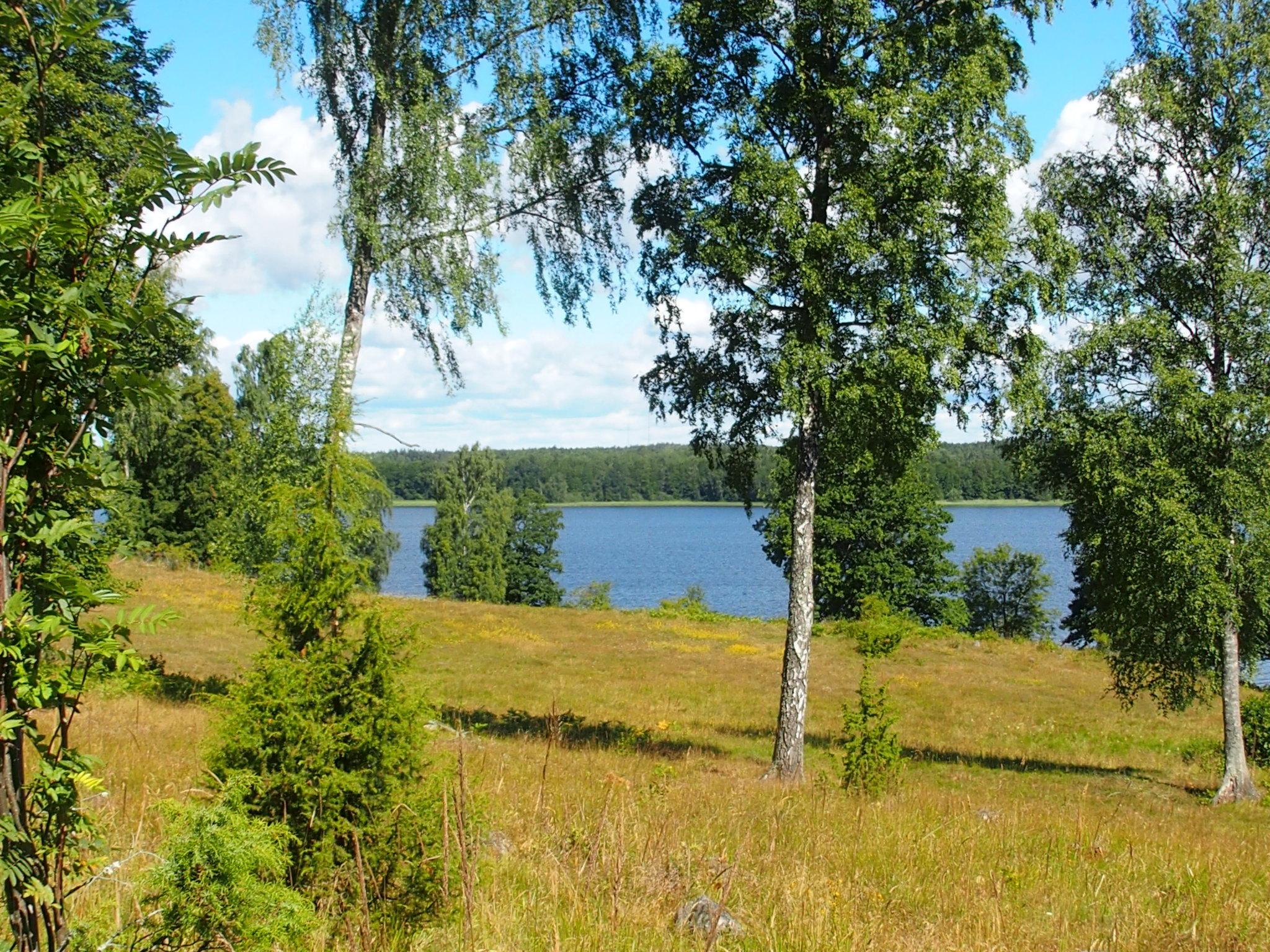 Utsikt över hagar och sjö