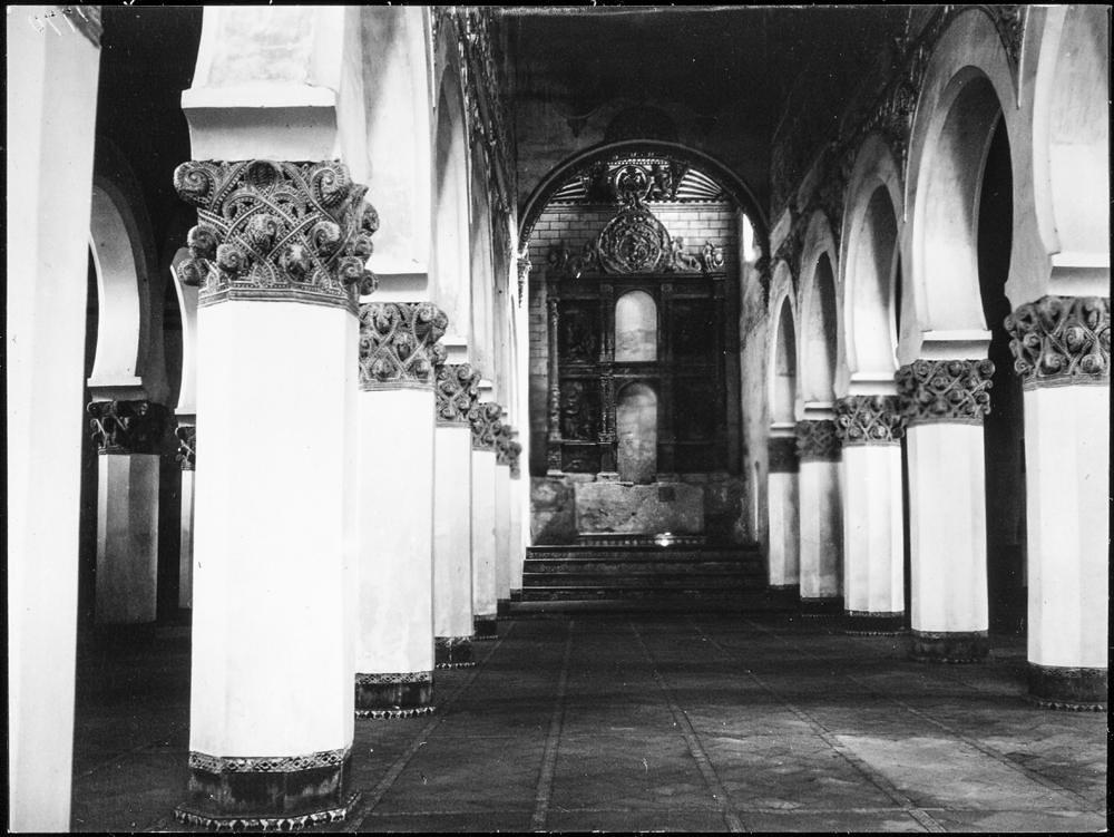 Sinagoga de Santa María la Blanca hacia 1906. Fotografía de Charles Fournier © Fototeca del IPCE, MECD. Signatura MOR-011_P
