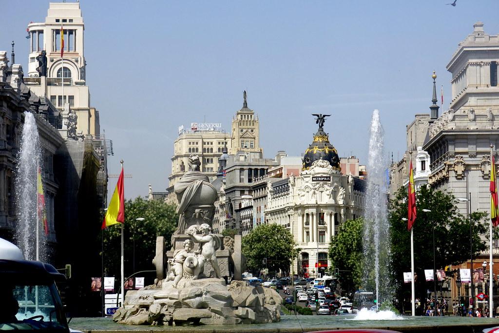 Calle de Alcalá y la Cibeles que nos da la espalda; desde la ventana de un autobús municipal