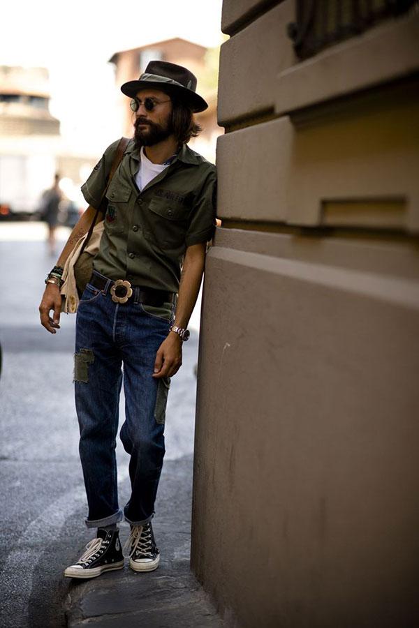 ブラウンハット×カーキ半袖シャツ×白Tシャツ×パッチワークデニムパンツ×オールスター黒