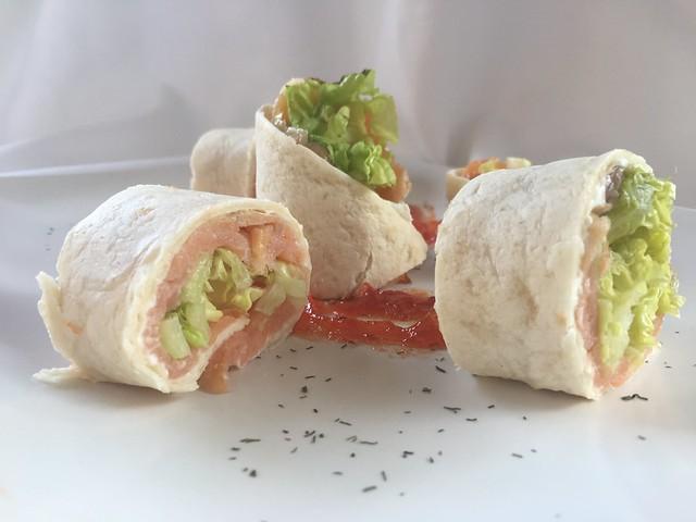 Enrollado de queso y salmón con endalada