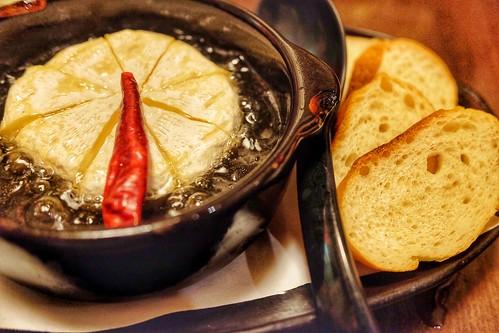 丸ごとカマンベールチーズアヒージョ バゲット付き肉十八番屋 虎ノ門店