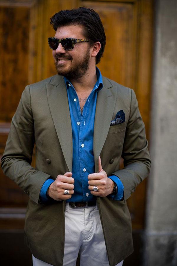 モスグリーンダブルブレストジャケット×青シャツ×白パンツ