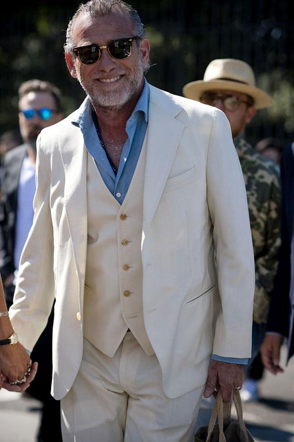 白3ピーススーツ×青シャツ