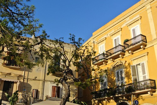 Accanto al castello Normanno-Svevo a Bari