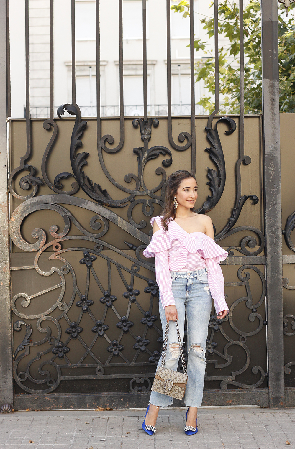 Asymmetrical striped shirt jeans gucci bag uterqüe earrings summer outfit style 03
