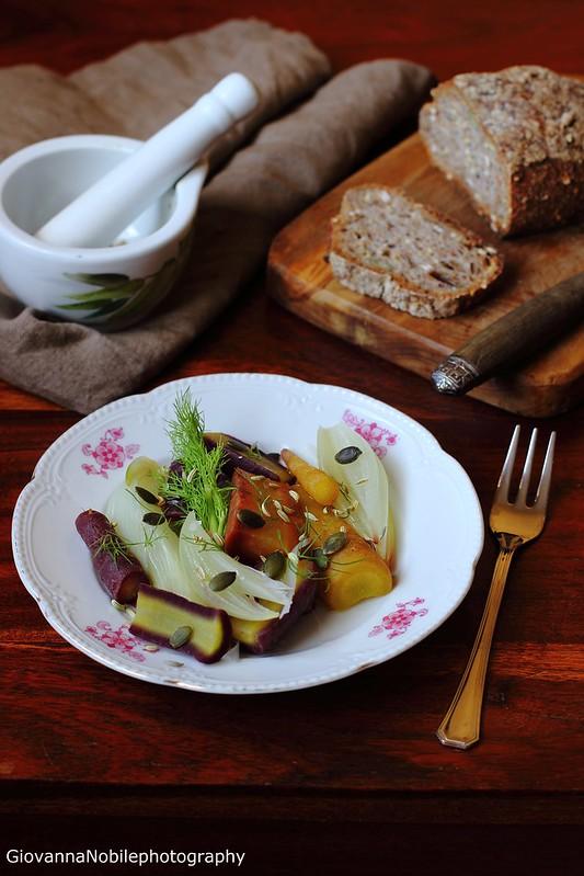 Carote, finocchi e cipolle al vapore, condite ciìon una citronette ai semi di finocchio e semi di zucca