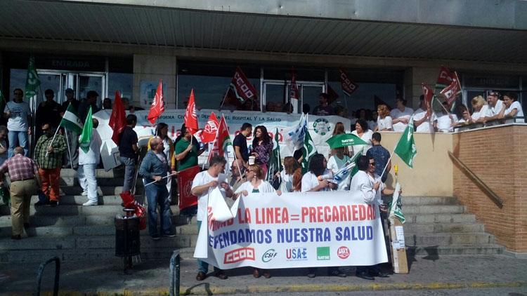 Inmaculada Nieto, junto al personal del Hospital de La Línea en una de las protestas del personal.1