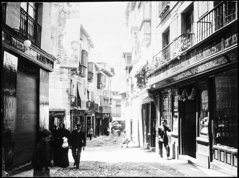 Calle Comercio o Ancha hacia 1906. Fotografía de Charles Fournier © Fototeca del IPCE, MECD. Signatura MOR-009_P