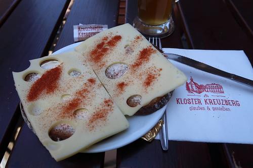 Käsebrot mit Kreuzberger Käsegewürz in der Gaststätte des Kloster Kreuzberg