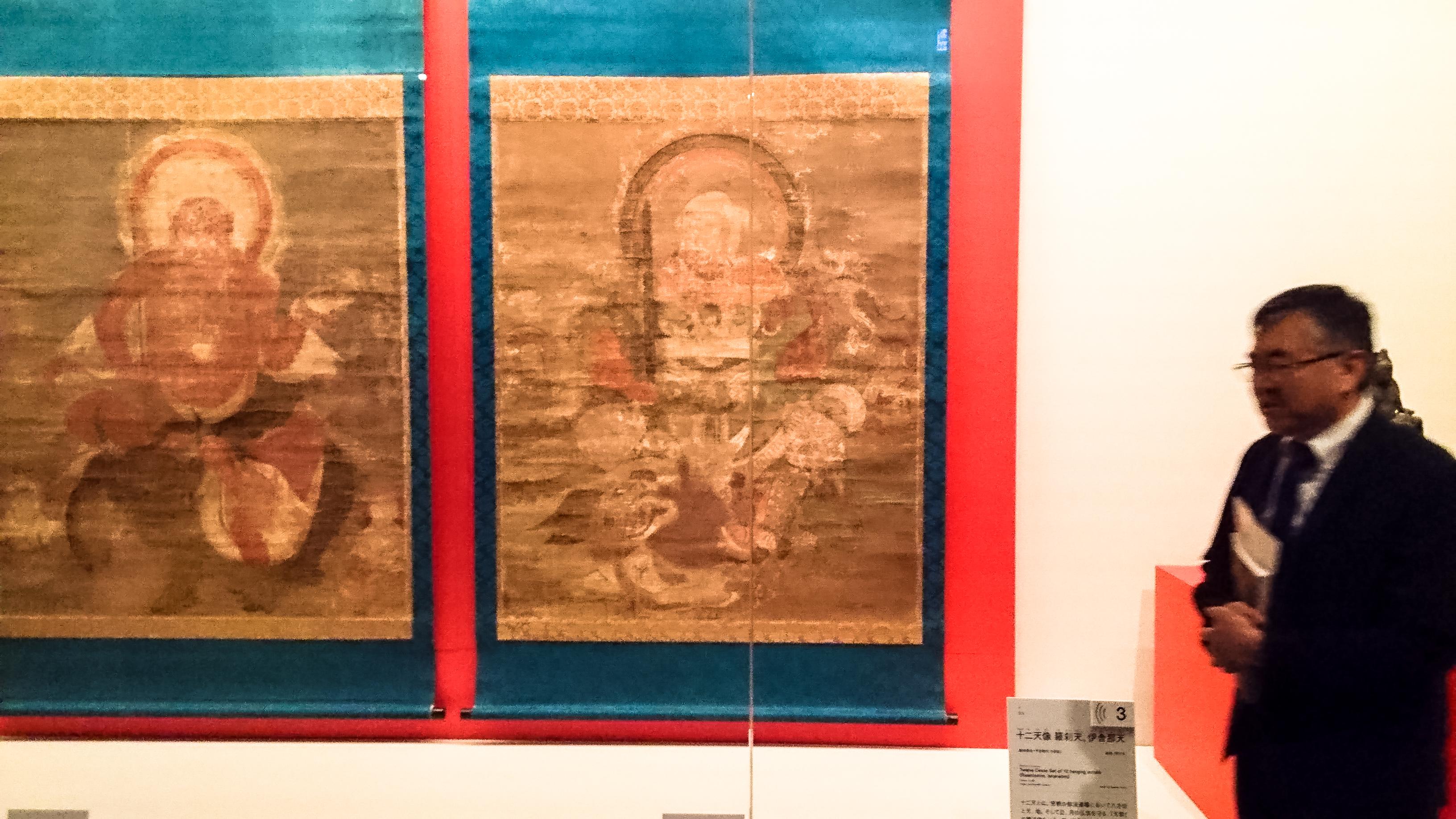 国宝《十二天像》(平安時代、西大寺)。右は展示品説明の米屋優副館長