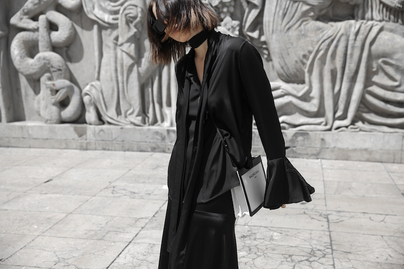 balenciaga canvas pouchette bag paris all black street style sneakers celine sunglasses palais de tokyo minimal fashion blogger kaity modern legacy (9 of 12)