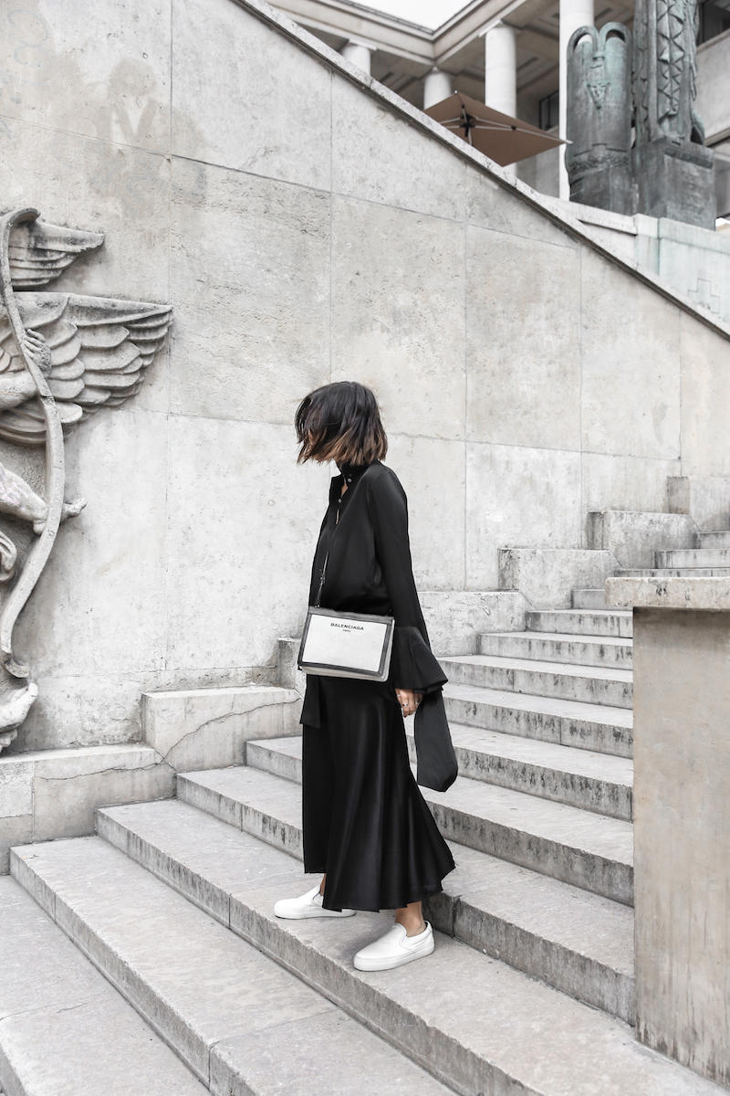 balenciaga canvas pouchette bag paris all black street style sneakers celine sunglasses palais de tokyo minimal fashion blogger kaity modern legacy (4 of 12)