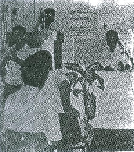 मंच पर खड़े हुये श्री तारिक रहमान उनके सह-वक्ता श्री राजेश कुमार साथ में अध्यक्ष श्री प्रियदर्शी