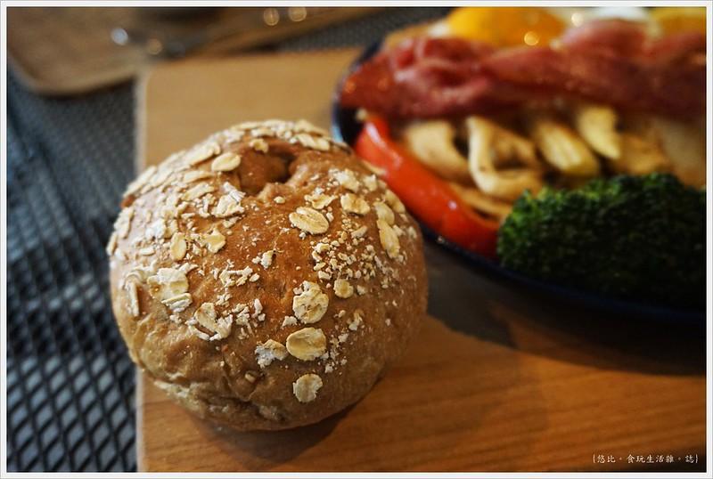 冰河咖啡-貝肯國王的經典早午餐-歐式麵包