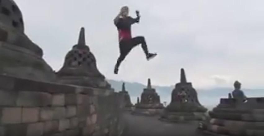 Tampak adegan melompat dalam video aksi parkour di Borobudur yang dilakukan oleh Pavel Petkuns.