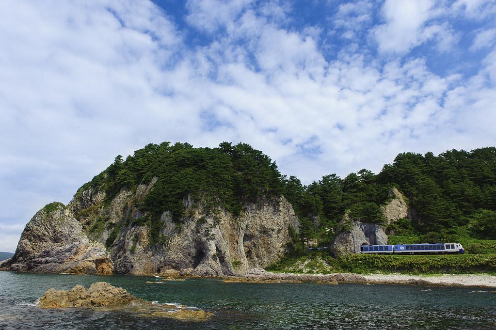 夏の海を行くリゾートトレイン