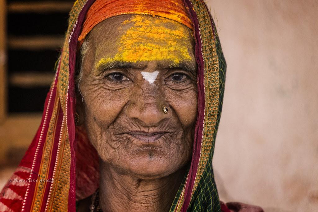 MAHAAKUTA : PORTRAIT DE FEMME EN JAUNE