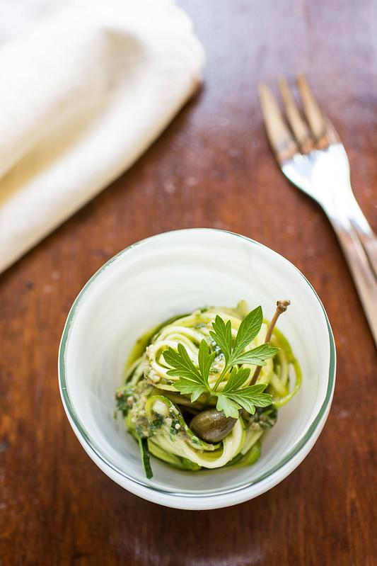 Spaghetti di zucchine con salsa di acciughe e capperi