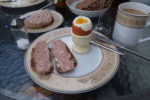 Lammpreßsack auf Vollkornbrot (von der Antonius Bäckerei) zum Frühstücksei