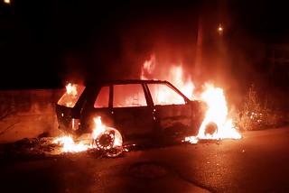 Noicattaro. Auto in fiamme in via Amendola front