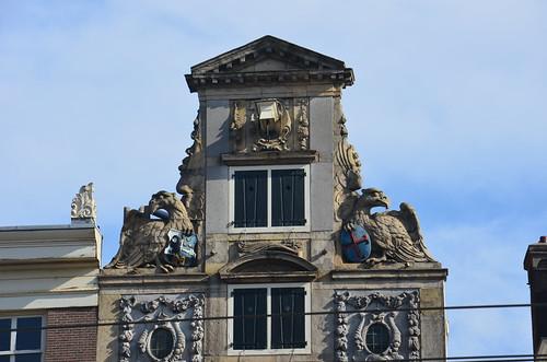 Zwei interessante Wappen an einem Giebel in Amsterdam.