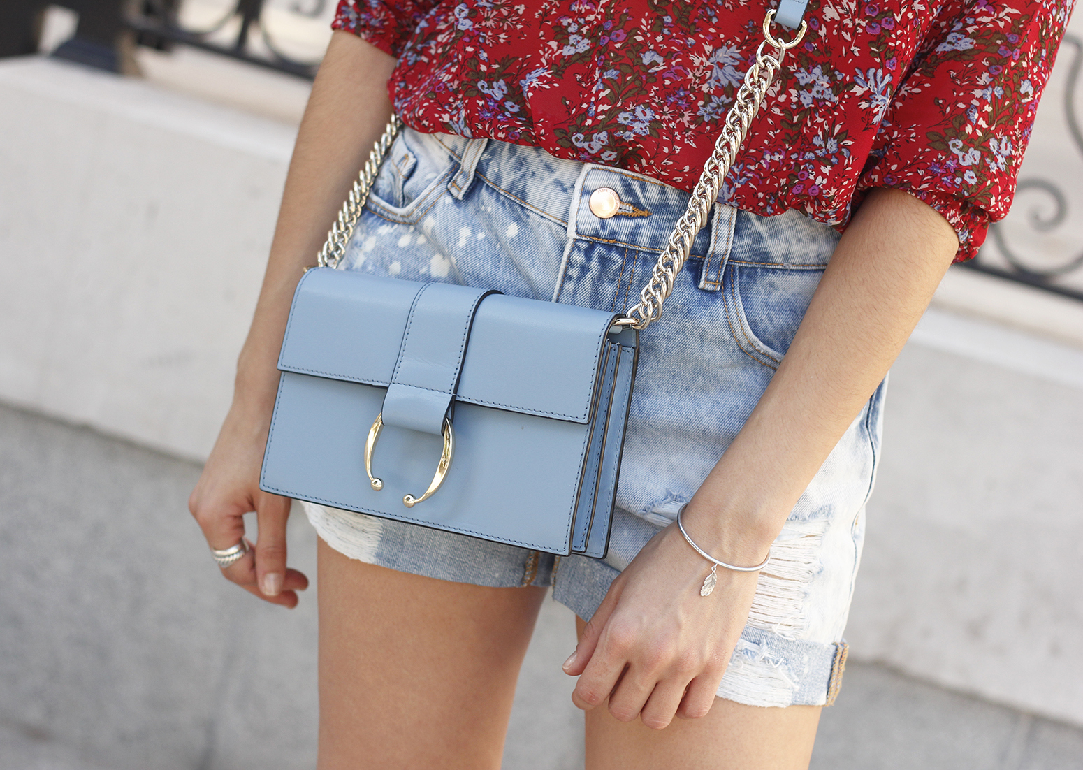 Red flower blouse ripped shorts heels uterqüe bag summer outfit13