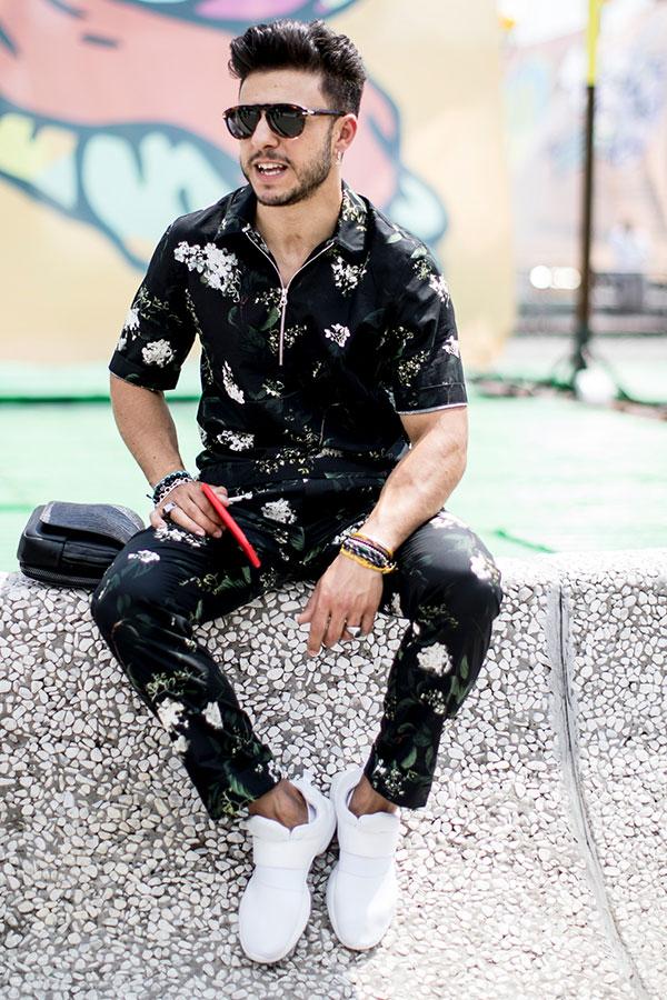 黒柄半袖シャツ×柄パンツセットアップ×白スニーカー
