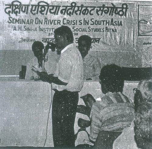 शिप्रा नदी के बारे में बताते हुये डॉ. श्रोनिक कुमार लुंकड़
