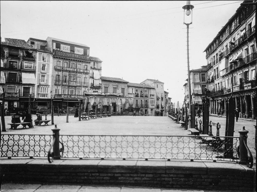 Plaza de Zocodover hacia 1906. Fotografía de Charles Fournier © Fototeca del IPCE, MECD. Signatura MOR-015_P