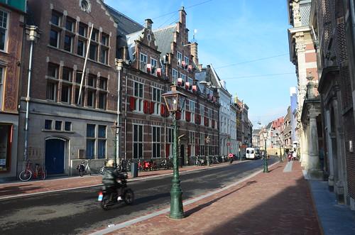 Durchgangsstrasse in Leiden nördlich des Rathauses