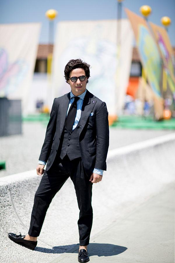 黒3ピーススーツ×青シャツ×黒ソリッドタイ×黒ローファー
